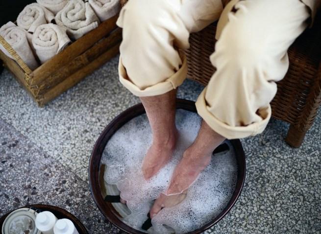 Мерзнут ноги у пожилого: причины и лечение
